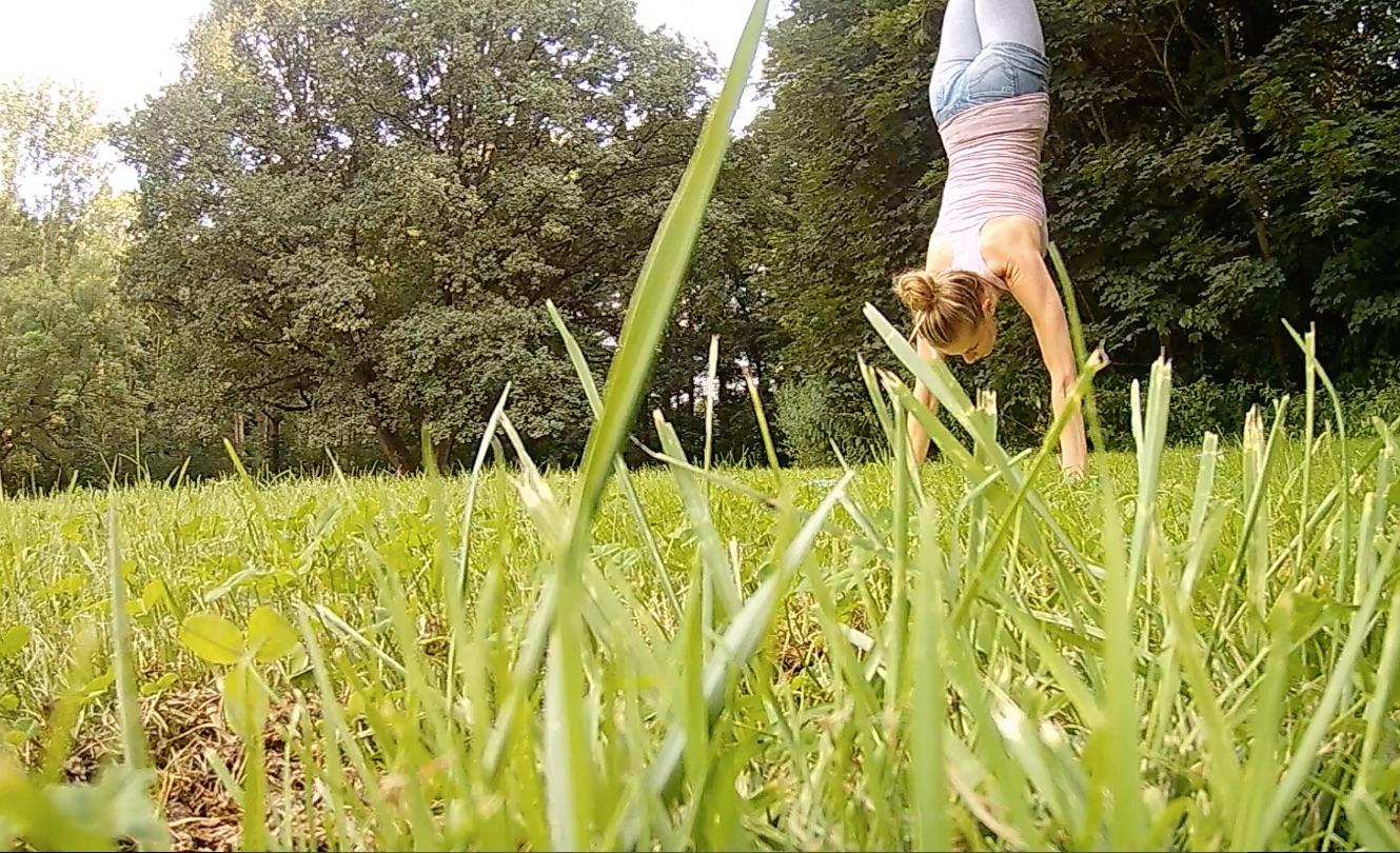 Handstand beim Yoga im Park