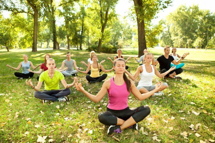 Yoga im Park in der Gruppe