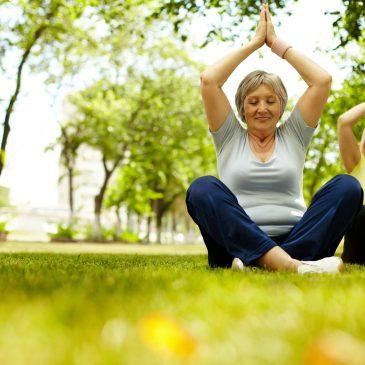 Yoga am Morgen im Park
