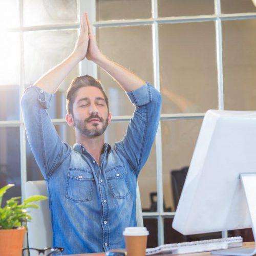 Yoga im Unternehmen am Schreibtisch